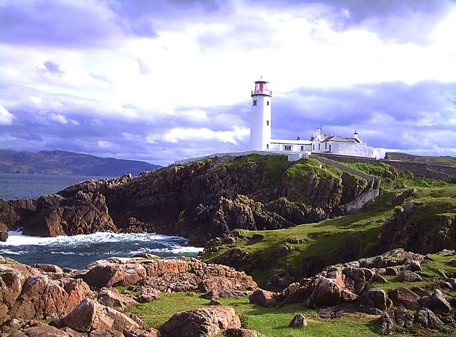 Faro en la costa de Donegal