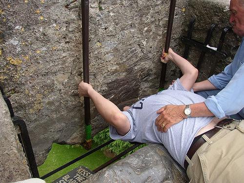 Un joven cumple con el rito del beso, en el castillo de Blarney