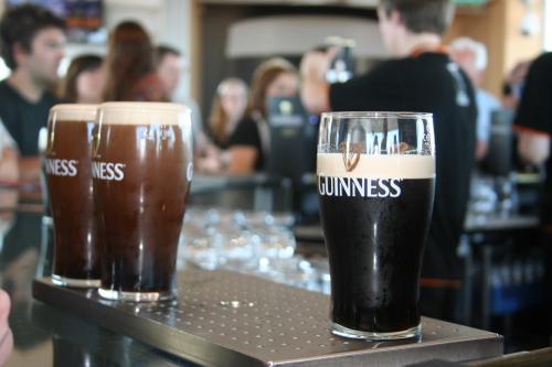 tres vasos de Guinness en distintas fases de reposo